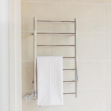 Handdukstorkar med handduk i ljust badrum hos Hemmaplan badrum