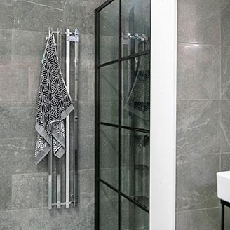 Handdukstorkar i mörkt badrum hos Hemmaplan badrum