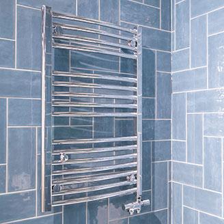 Handdukstorkar i blått badrum hos Hemmaplan Badrum